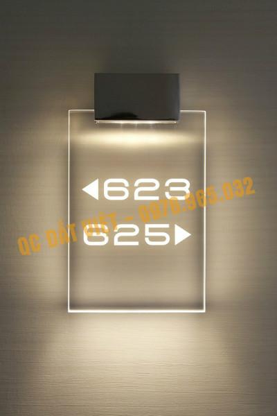Biển số phòng được dán / phun sơn nội dung trên mica, kính gắn đèn led bên trên